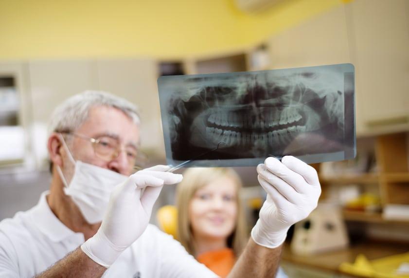 ¿Es normal que se muevan los dientes?