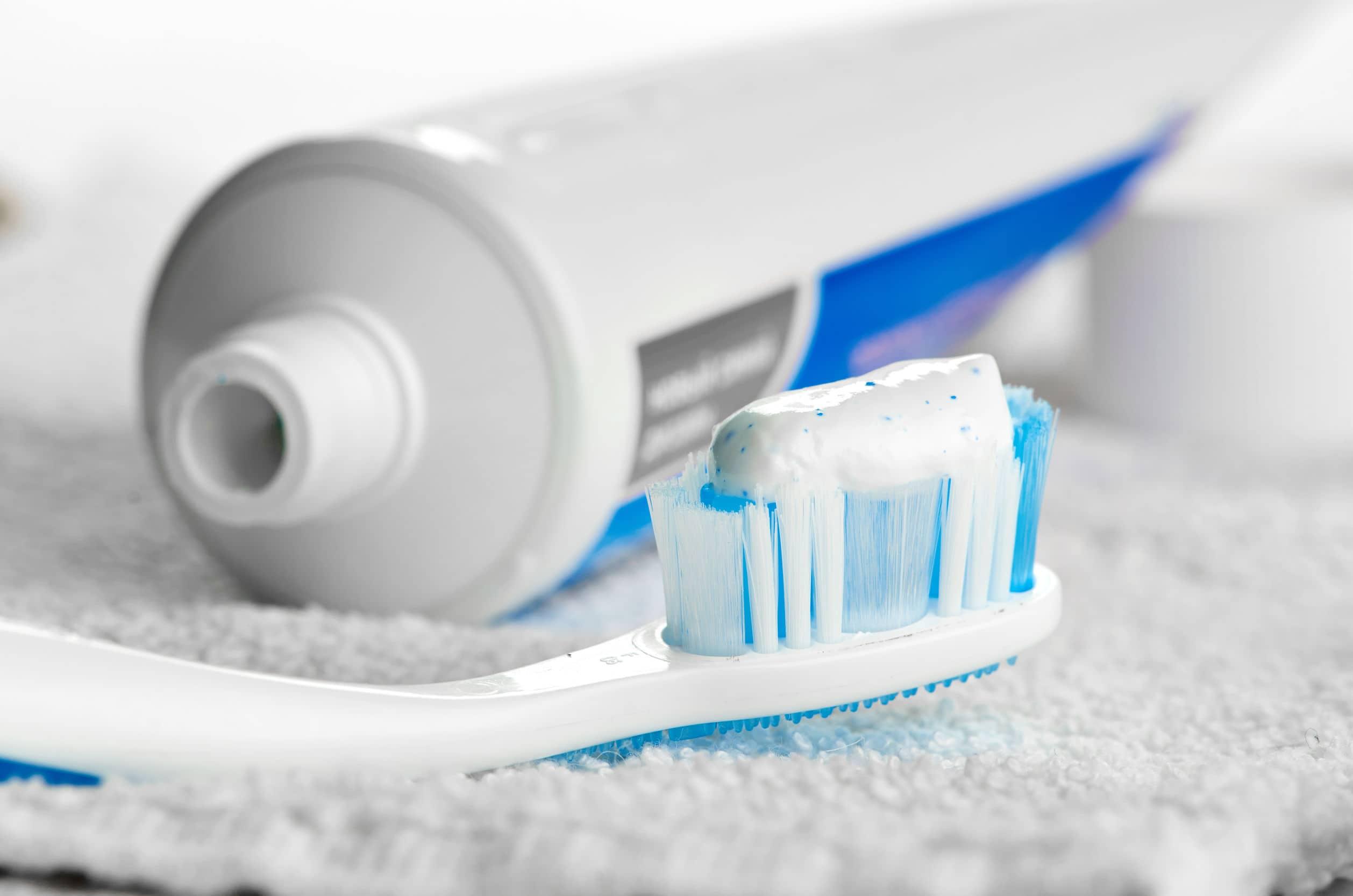 Dentífrico y cepillo de dientes