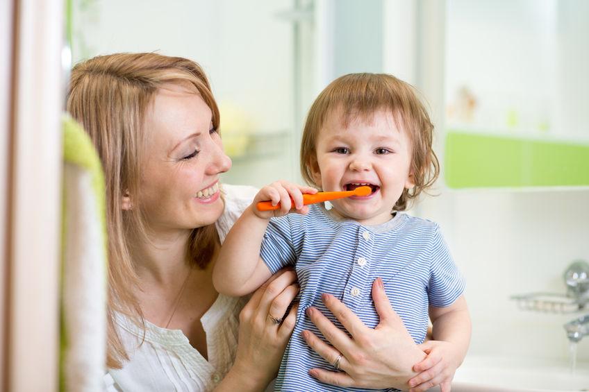 niños limpieza dental